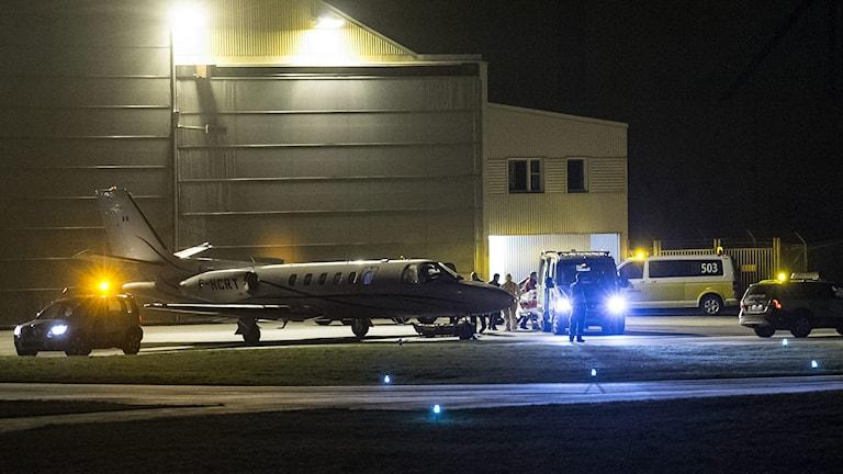 En svensk biståndsarbetare som kan ha smittats av ebola anländer med specialflyg till Sturup. Foto: Johan Nilsson/TT