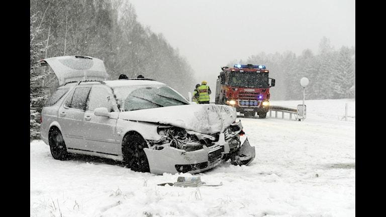 Två bilar krockade på riksväg 23/34 mellan Kisa och Rimforsa vid lunchtid. Ingen behövde föras till sjukhus. Vid olyckan rådde mycket halt väglag på grund av snön. Foto: Per Svensson Borrud/Pelles Photo.