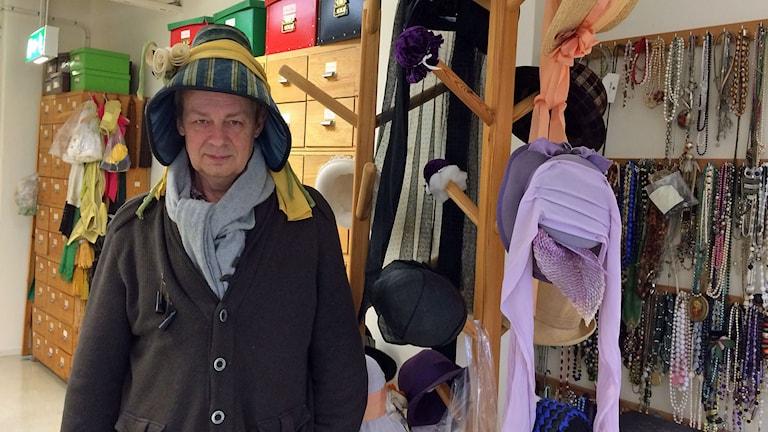Teaterchef Johan Celander i hatten på teaterns syateljé. Foto: Peter Weyde/Sveriges Radio