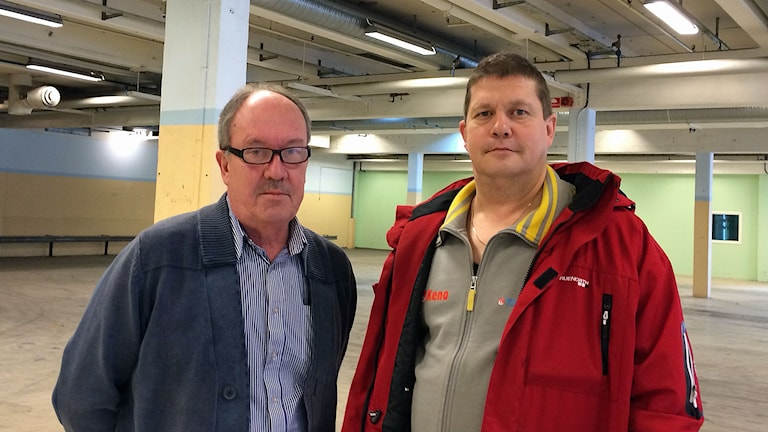 Kvalitetschefen Jan-Åke Wastesson och Ulf Georgi i Whirlpools tomma industrilokaler. Foto: Peter Weyde/Sveriges Radio