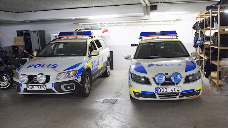 Två polisbilar i polisens garage under ett polishus. Foto: Fredrik Sandberg/TT