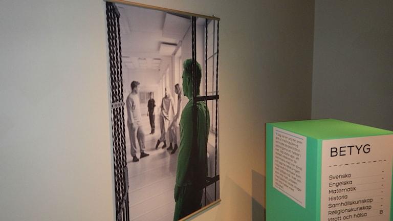Foto från en anstaltskorridor i utställningen Face the Facts på Arbetets museum foto:Maria Turdén/Sveriges Radio