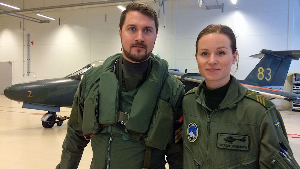 Mark Rubin, pilot för transportflyg, och Therese Hörström, helikopterpilot. Foto: Peter Weyde/Sveriges Radio