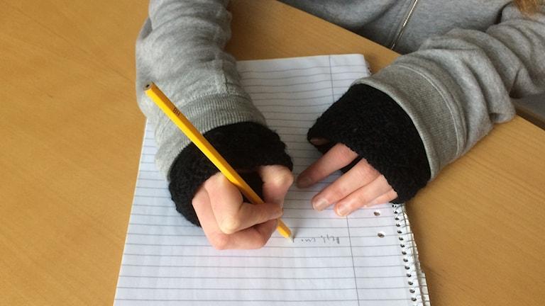 Händer som skriver. Foto: Christina Turesson/Sveriges Radio