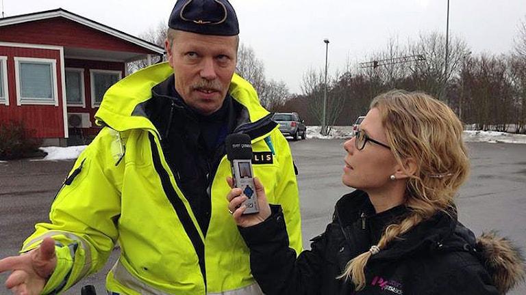Trafikpolis Dennis Örnborg och Titti Elm. Foto: Sveriges Radio