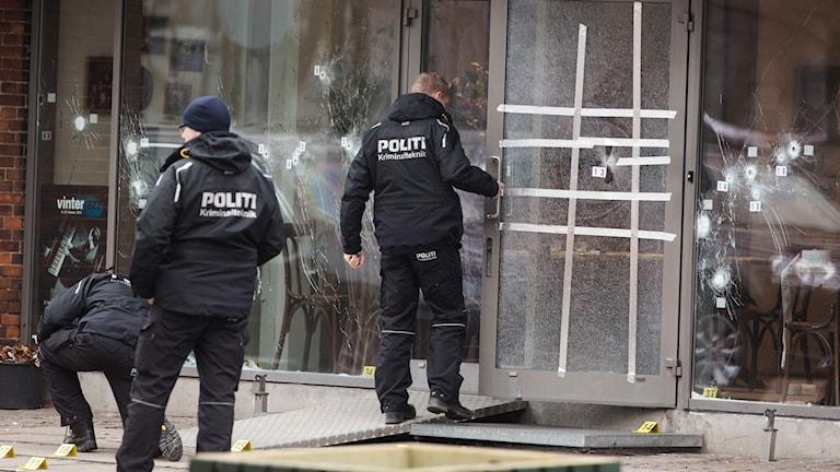 Polisen genomför en teknisk undersökning vid kulturhuset Krudttønden i stadsdelen Østerbro i Köpenhamn. Foto: Ola Torkelsson/TT