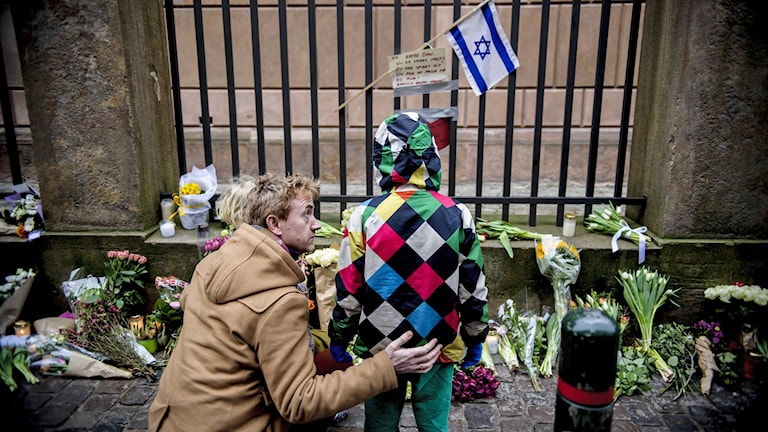 Köpenhamnare lämnar blommor utanför synagogan i Köpenhamn där en ung man sköts till döds i terrorattentaten i helgen. Foto: Rumle Skafte/TT