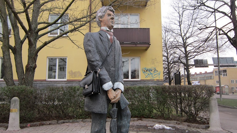 Tage Danielssonstatyn i Linköping med en väska över axeln. Foto: Raina Medelius/Sveriges Radio