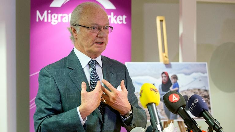 Kung Carl XVI Gustaf på presskonferensen på Migrationsverket. Foto: Stefan Jerrevång/TT