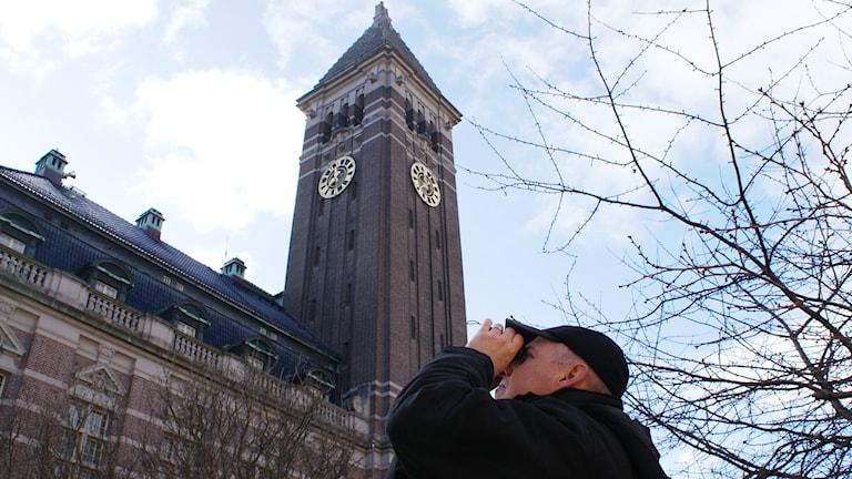 Kommunekologen Rickard Fredriksson spejar efter pilgrimsfalken