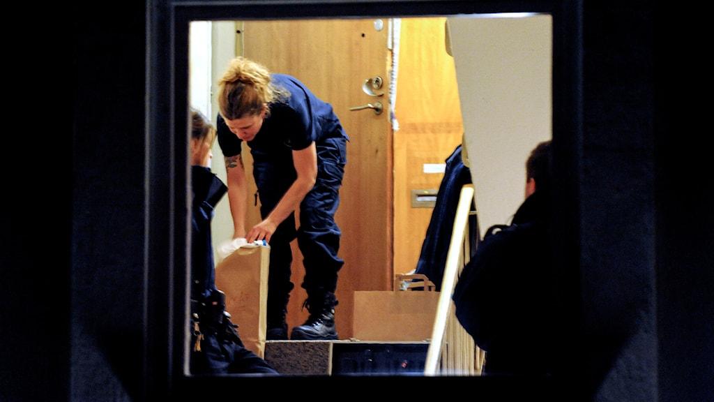 Polisens tekniker undersöker lägenheten där kvinnan hittades mördad. Foto: Pontus Stenberg/TT
