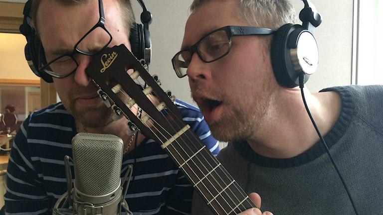 Mathias Lindholm och Tekniker Tosting sjunger ut. Foto: Titti Elm