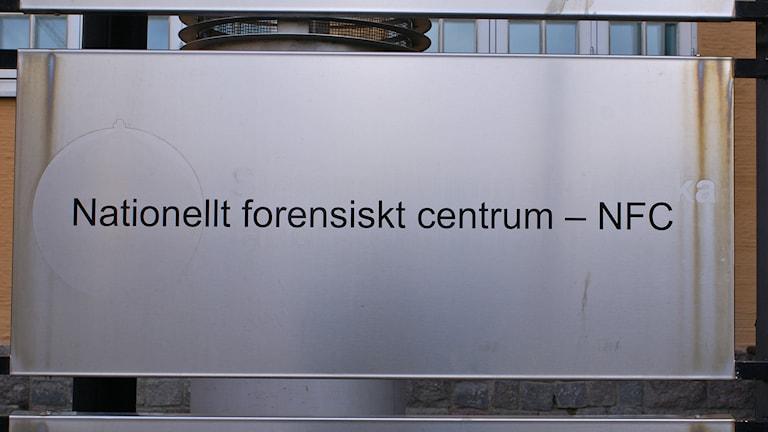 Nationellt forensiskt centrums skylt. Foto: Tahir Yousef/Sveriges Radio