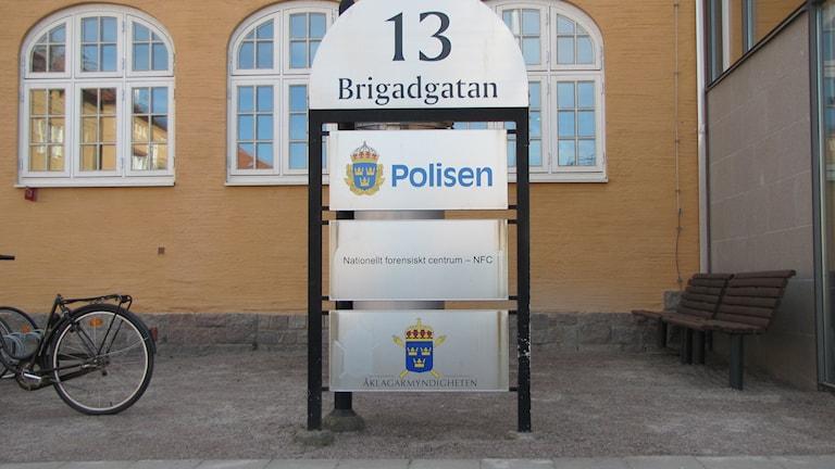 Skylt för Polisen, NFC och åklagarmyndigheten. Foto: Rosmari Karlsson/Sveriges Radio.