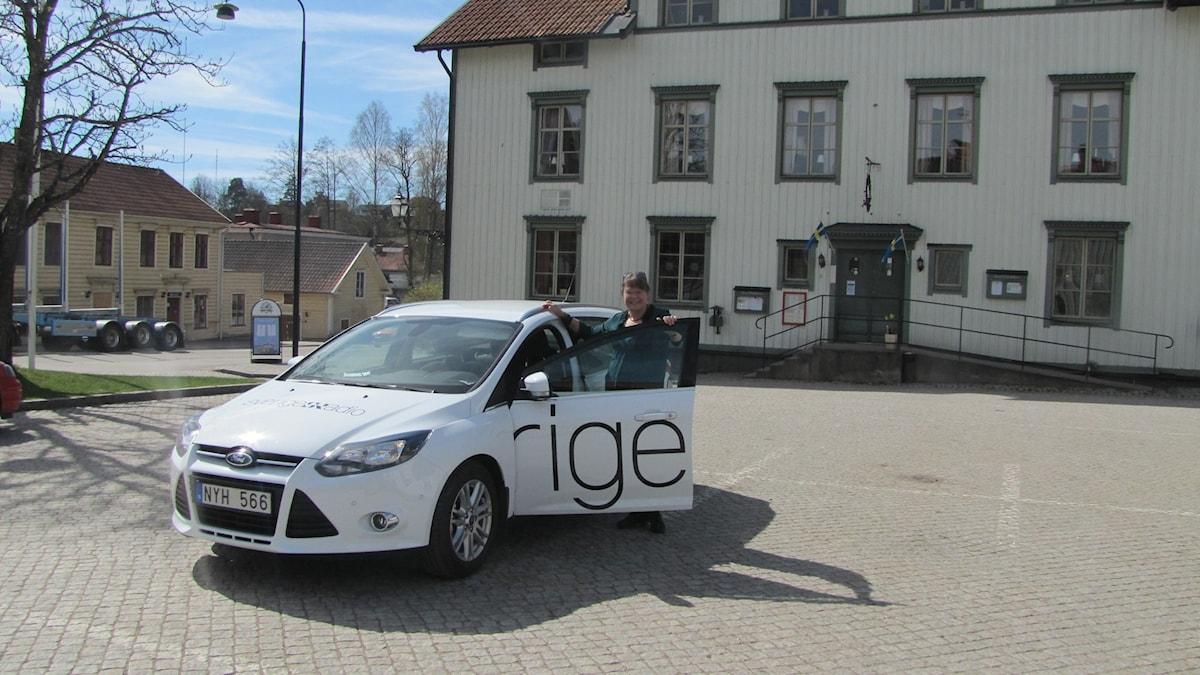 Sveriges Radiobil och Rosmari Karlsson.