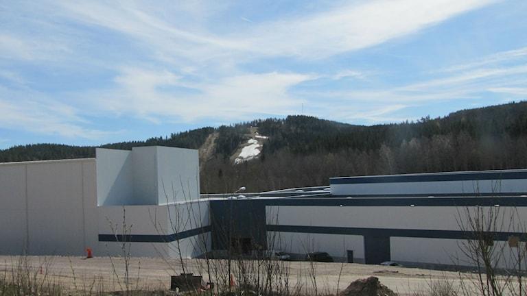 Fabrik på avstånd. Foto: Rosmari Karlsson/Sveriges Radio