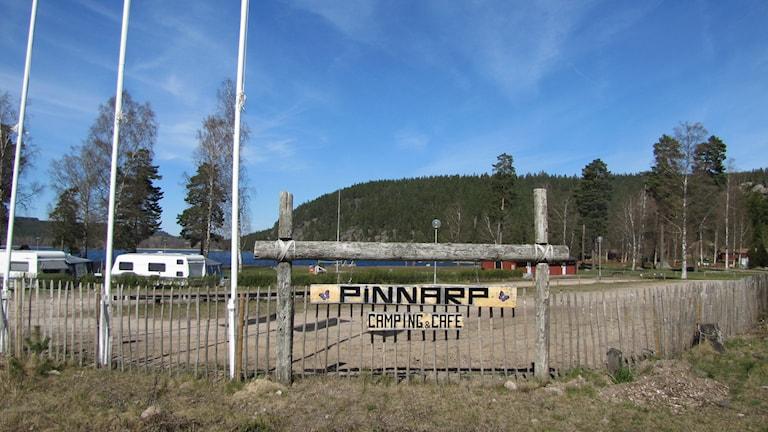 Skylt Pinnarps camping. Foto: Rosmari Karlsson/Sveriges Radio