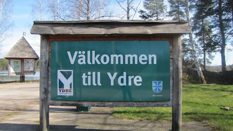 """Skylt """"Välkommen till Ydre"""". Foto: Rosmari Karlsson/Sveriges Radio"""