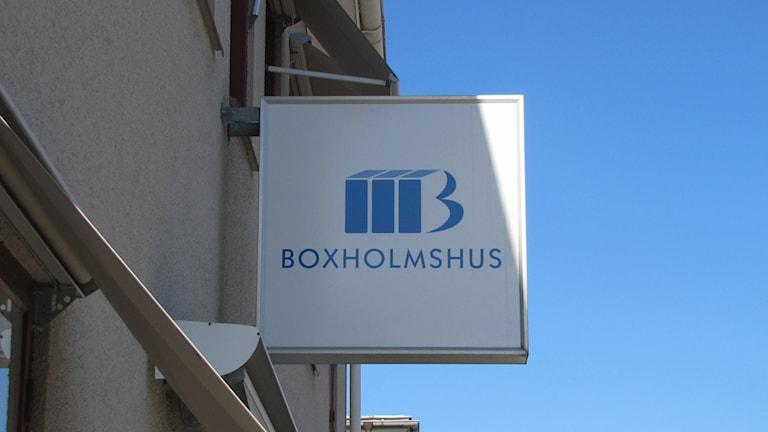 Skylt Boxholmshus. Foto: Rosmari Karlsson/Sveriges Radio