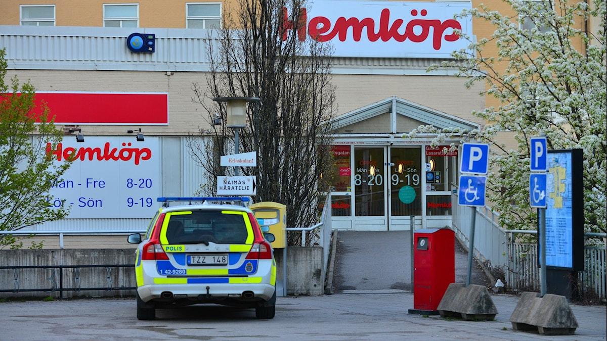 Polisbil framför entrén till en matbutik. Foto: Niklas Luks, Nyhetswebben.se