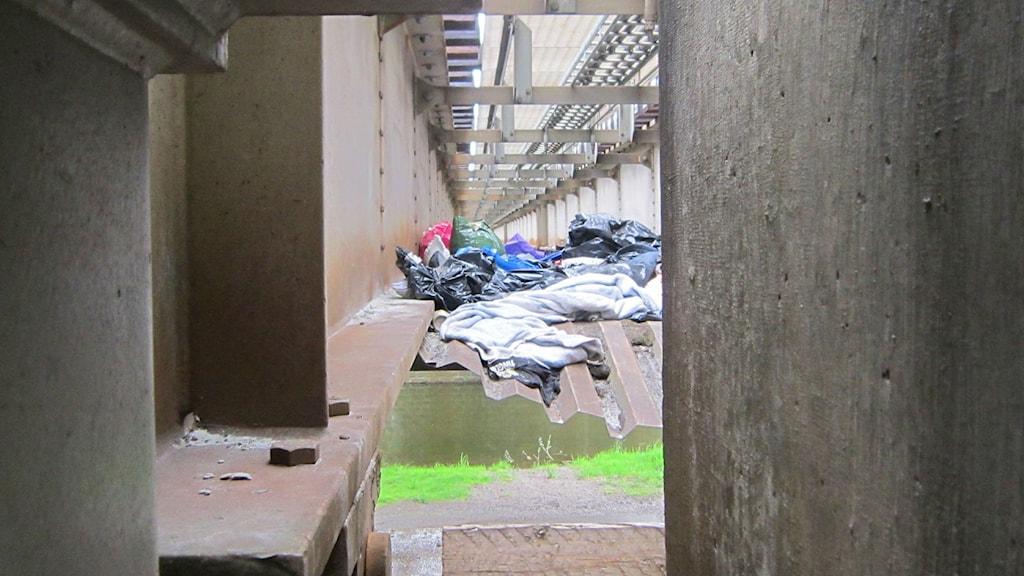 Kläder och filtar under järnvägsräls. Foto: Sveriges Radio