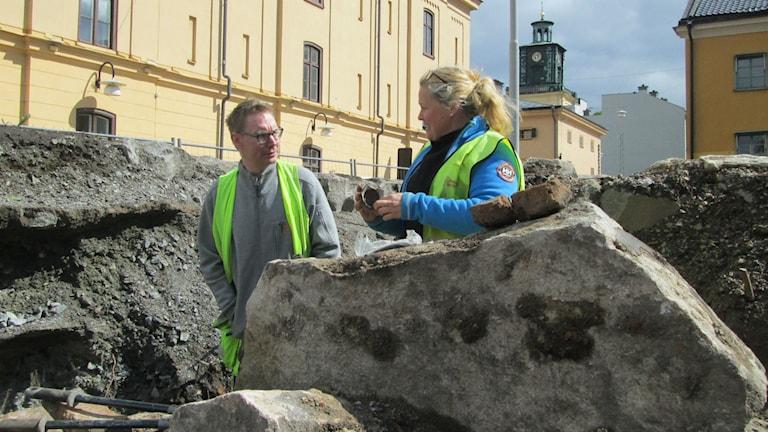 Mikael Bertheau och Ellinor Larsson vid utgrävningarna i kvarteret Gamla Rådstugan i Norrköping Foto:Maria Turdén/Sveriges Radio
