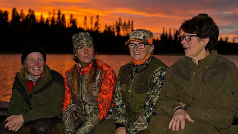 Fyra jägare från JAQT, Jagande aktiva kvinnor vid en sjö.