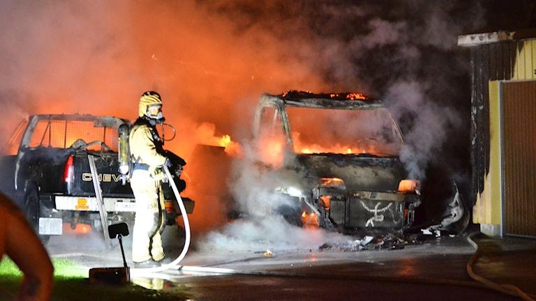 Husbil och personbil brinner på Klingsbergsgatan i Norrköping