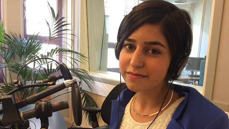 Diana Saleh i radiostudion.Foto: Sofie Lycksell/Sveriges Radio
