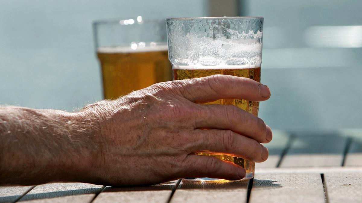 En man dricker ett glas öl. Foto: Fredrik Sandberg/TT
