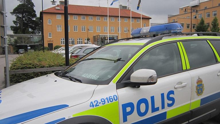 Polisbil utanför polishuset i Linköping. Foto: Raina Medelius/Sveriges Radio