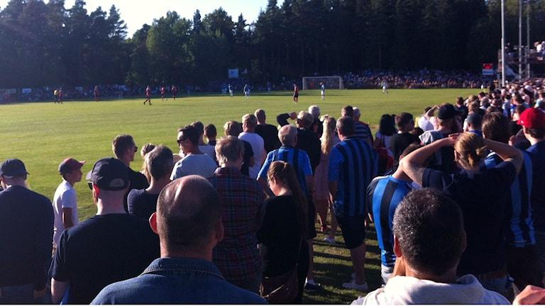 Publik vid fotbollsplan. Foto: Rickard Jansson/Sveriges Radio.