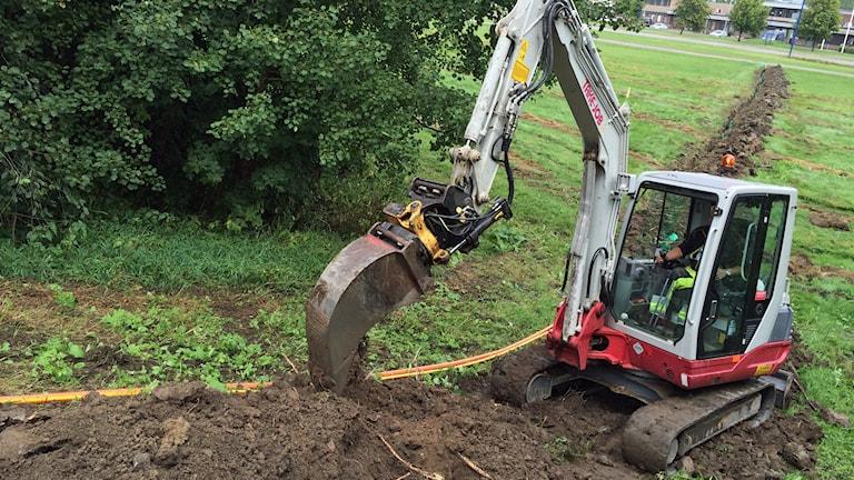 Grävmaskin gräver ner fiberkabel