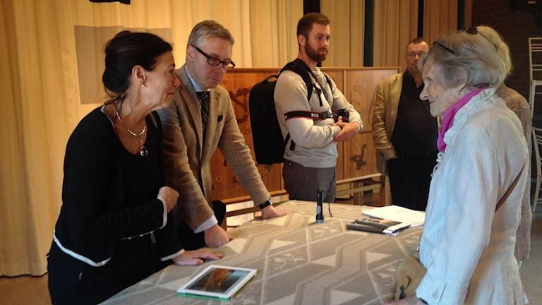 Eva Seeman och Andreas Rydén på Norrköping konstmuseum för att bedöma verk av Erik Chambert foto:Maria Turdén/Sveriges Radio