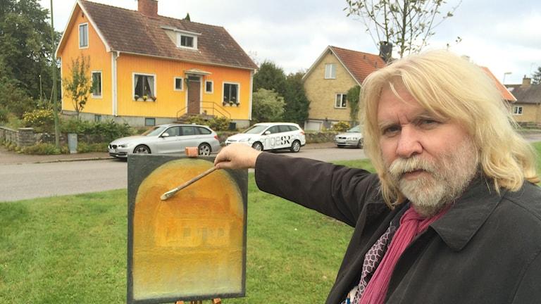 Bernth Uhno med sin tavla. Foto: Mathias Lindholm/Sveriges Radio
