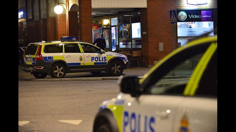 Polisbilar utanför kiosken på Stortorget i Norrköping där ett mordförsök ska ha ägt rum. Foto: Niklas Luks/Nyhetswebben.se