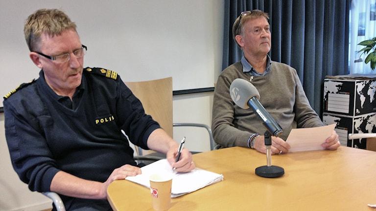 Peter Wahlberg, lokalpolisområdeschef och Anders Selevik, förundersökningsledare. Foto: Henrik Perälä/Sveriges Radio