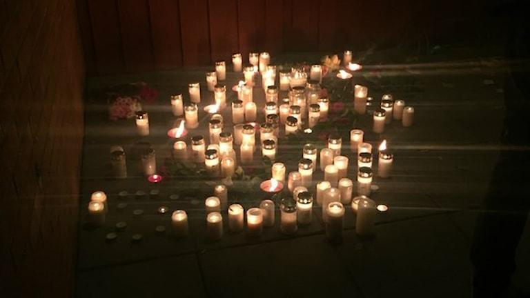 Tända ljus för att hedra offren efter attacken på en skola i Trollhättan. Foto: Victor Jensin/Sveriges Radio