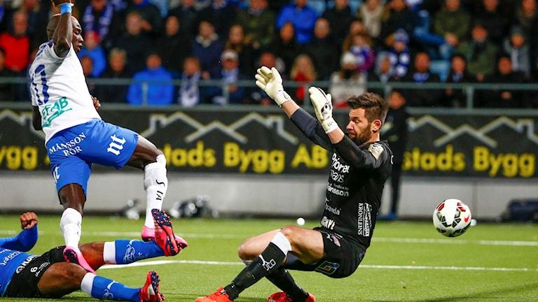 Norrköpings Alhaji Kamara slår in 3-0 bakom målvakten Stojan Lukic i söndagens allsvenska fotbollsmatch mellan Norrköping och Halmstad på Nya Parken. Foto Stefan Jerrevång / TT
