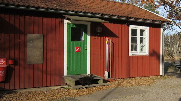 Blivande tillfälligt flyktingboende, med svart huskatt på trappan. Foto: Raina Medelius/Sveriges Radio