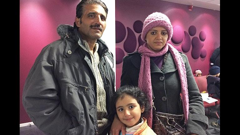 Ikram tillsammans med sin man Fahad och dottern Aya. Foto: Lisen Elowson Tosting/Sveriges Radio