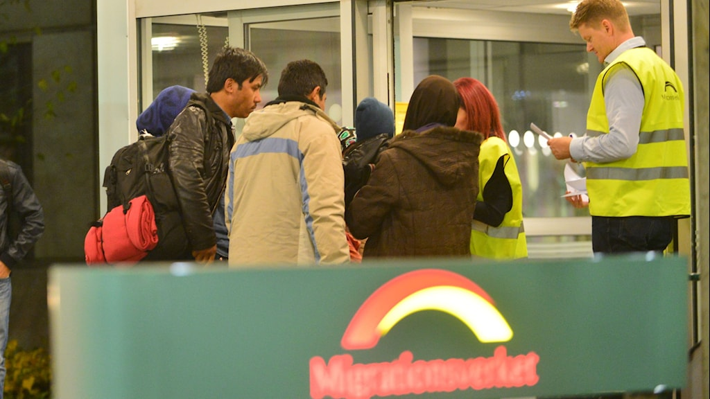 Personer vid entrédörr. Foto: Niklas Luks/nyhetsfoto.se