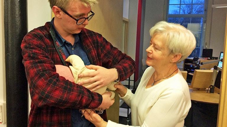 Malte får lära sig hur man håller barnet av Carina Sjögren från Amningshjälpen