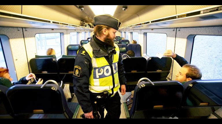 Polis gör gränskontroll på tåg. Foto: Stig-Åke Jönsson/TT