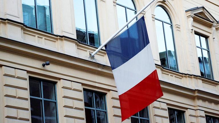 Flaggan på halv stång utanför Frankrikes ambassad i Stockholm. Foto: Christine Olsson/TT