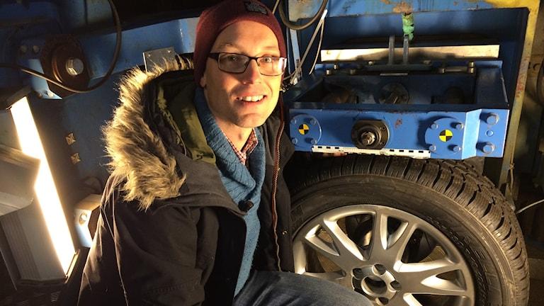 Mattias Hjort på VTI:s däckprovningsavdelning