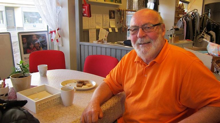Winje Green, ordförande i Röda korset i Ödeshög., sittande vi kaffebordet i secon handbutiken  Foto: Raina Medelius/Sveriges Radio