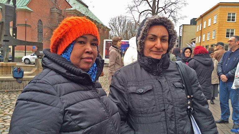 Habiba Elmi och Neda Tofeeg manifesterade mot våldet tillsammans med andra på Tyska torget. Foto: Lisen Elowson Tosting/Sveriges Radio
