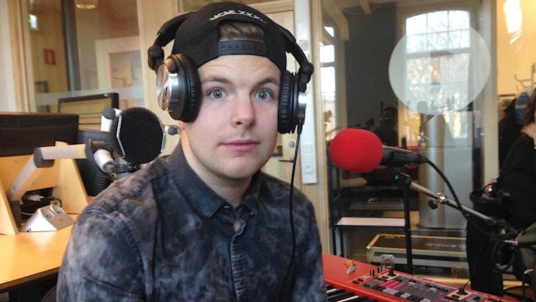 En nyvaken Robin Stjernberg soundcheckar i studion innan livespelningen. Foto: Lovisa Waldeck/Sveriges Radio