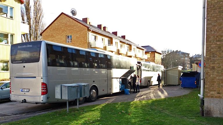 Bussarna har kommit till evakueringsboendet. Foto: Stefan Lindeberg/Sveriges Radio